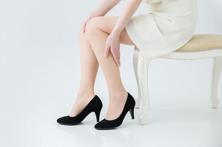 足をさする女性